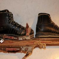 Chaussures de ski et lanières de fixation en cuir ...